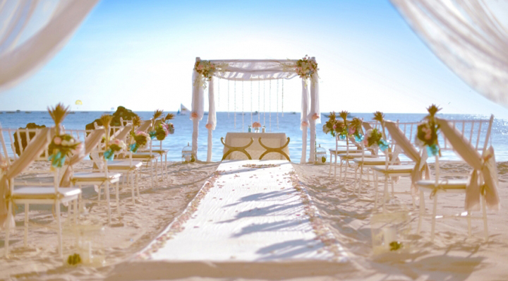 白色欧式婚礼拱门上